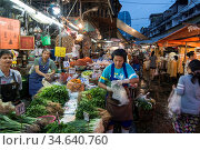 People at the fruit and vegetable Market at the Khlong Toey Market... Стоковое фото, фотограф Zoonar.com/URS FLUEELER / age Fotostock / Фотобанк Лори