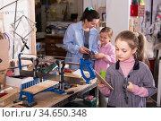 Students study the wood carving. Стоковое фото, фотограф Яков Филимонов / Фотобанк Лори