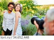 Fotograf macht Fotos vom glücklichen Brautpaar am Hochzeitstag in... Стоковое фото, фотограф Zoonar.com/Robert Kneschke / age Fotostock / Фотобанк Лори