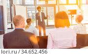 Sehbehinderter Redner bei Inklusion Vortrag im Büro vor einem Business... Стоковое фото, фотограф Zoonar.com/Robert Kneschke / age Fotostock / Фотобанк Лори