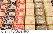 KÖLN, OKTOBER 2019: Hamburger und Cheeseburger in Verpackung auf ... Стоковое фото, фотограф Zoonar.com/Robert Kneschke / age Fotostock / Фотобанк Лори