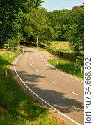 Leere Landstraße mit Kurve im Sommer durch grüne Landschaft. Стоковое фото, фотограф Zoonar.com/Robert Kneschke / age Fotostock / Фотобанк Лори