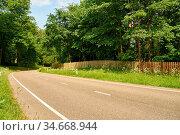 Leere Straße mit Kurve durch grüne Landschaft im Sommer. Стоковое фото, фотограф Zoonar.com/Robert Kneschke / age Fotostock / Фотобанк Лори