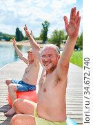 Zwei sportliche Senior Männer strecken die Arme beim gesunden Rückentraining... Стоковое фото, фотограф Zoonar.com/Robert Kneschke / age Fotostock / Фотобанк Лори