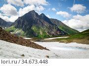 Snow in the mountains in summer, Vachkazhets Volcano (2018 год). Редакционное фото, фотограф Вита Фортуна / Фотобанк Лори