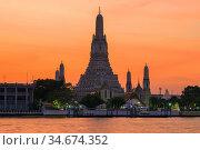 Большой пранг буддистского храма Ват Арун на закате. Бангкок, Таиланд (2018 год). Редакционное фото, фотограф Виктор Карасев / Фотобанк Лори