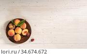 Персики на деревянном столе. Вид сверху. Свободное место для текста. Стоковое фото, фотограф Наталья Гармашева / Фотобанк Лори