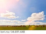 Grüne Landschaft mit Wiese und einem blauen Himmel im Sonnenschein. Стоковое фото, фотограф Zoonar.com/Robert Kneschke / age Fotostock / Фотобанк Лори
