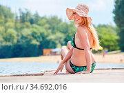 Attraktive Frau im Bikini auf einem Steg am See in der Sonne im Sommerurlaub. Стоковое фото, фотограф Zoonar.com/Robert Kneschke / age Fotostock / Фотобанк Лори