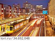Die Autobahn A 40 mit Strassenbahn am Abend, unmittelbar an privaten... Стоковое фото, фотограф Zoonar.com/Stefan Ziese / age Fotostock / Фотобанк Лори