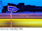 Hinweisschild fuer die Autobahn A 40 in Richtung Essen am Abend, ... Стоковое фото, фотограф Zoonar.com/Stefan Ziese / age Fotostock / Фотобанк Лори