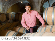 Man posing in winery cellar. Стоковое фото, фотограф Яков Филимонов / Фотобанк Лори