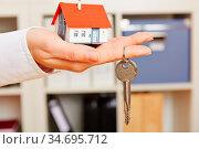Hand einer Frau hält ein kleines Haus mit Schlüssel. Стоковое фото, фотограф Zoonar.com/Robert Kneschke / age Fotostock / Фотобанк Лори