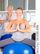 Gruppe Senioren macht Yoga Kurs im Fitnesscenter auf Gymnastikball. Стоковое фото, фотограф Zoonar.com/Robert Kneschke / age Fotostock / Фотобанк Лори