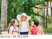 Eltern Paar und kleines Mädchen mit großem Hut in den Sommerferien. Стоковое фото, фотограф Zoonar.com/Robert Kneschke / age Fotostock / Фотобанк Лори