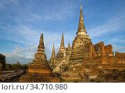 Руины древнего буддистского храма Wat Phra Sri Sanphet крупным планом солнечным утром. Аюттхая, Таиланд (2017 год). Стоковое фото, фотограф Виктор Карасев / Фотобанк Лори
