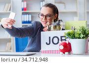 The businesswoman taking selfie on last day in office. Стоковое фото, фотограф Elnur / Фотобанк Лори