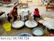 Preparing food for celebration, Bei People's Village in Dali, Yunnan... (2014 год). Редакционное фото, фотограф Chew Chun Hian / age Fotostock / Фотобанк Лори