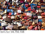 Extrem viele Liebesschloesser als Treuezeichen an der Hohenzollernbruecke... Стоковое фото, фотограф Zoonar.com/Stefan Ziese / age Fotostock / Фотобанк Лори