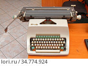 Vintage Mechanical Typewriter Machine at Desk in Retro Office. Стоковое фото, фотограф Zoonar.com/Marko Beric / easy Fotostock / Фотобанк Лори