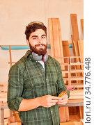 Mann als Arbeiter oder Schreiner Lehrling mit Zollstock in einer ... Стоковое фото, фотограф Zoonar.com/Robert Kneschke / age Fotostock / Фотобанк Лори