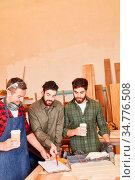 Junges Schreiner Team mit Klemmbrett bespricht einen Auftrag in der... Стоковое фото, фотограф Zoonar.com/Robert Kneschke / age Fotostock / Фотобанк Лори
