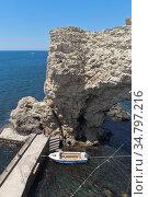 Причал у арки Большого Атлеша на полуострове Тарханкут, Крым. Редакционное фото, фотограф Николай Мухорин / Фотобанк Лори