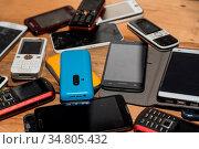 Zahlreiche Handys gesammelt für Rohstoffwiederverwertung - Smartphones. Стоковое фото, фотограф Zoonar.com/Alfred Hofer / easy Fotostock / Фотобанк Лори