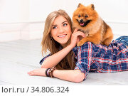 Cute, attractive girl with fluffy dog. Стоковое фото, фотограф Zoonar.com/Yeko Photo Studio / easy Fotostock / Фотобанк Лори