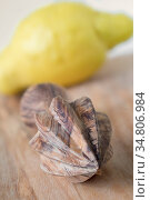 Zitronenpresse aus Olivenholz, Zitrone unscharf. A lemon squeezer. Стоковое фото, фотограф Zoonar.com/Dr. Baumgärtner, 2019 / easy Fotostock / Фотобанк Лори