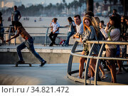 Los Angeles, USA - Oct 22, 2016: A group of skateboarders at Venice... Стоковое фото, фотограф Zoonar.com/Chris Putnam / easy Fotostock / Фотобанк Лори