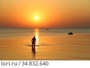 Силуэт идущего мужчины в воде на закате. Стоковое фото, фотограф Цветкова Елена / Фотобанк Лори