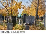 Autumn cemetery overlooking the Orthodox Church (2020 год). Стоковое фото, фотограф Евгений Харитонов / Фотобанк Лори