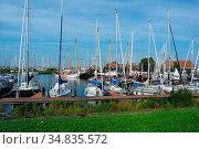 Yachthafen in Hindeloopen. Friesland, Niederlande. Стоковое фото, фотограф Zoonar.com/Gabriele Sitnik-Schmach / easy Fotostock / Фотобанк Лори