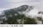 Полет над горами сквозь туман и облака. Горный Алтай. Стоковое видео, видеограф Beerkoff / Фотобанк Лори
