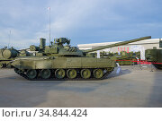 """MOSCOW REGION, RUSSIA - AUGUST 25, 2020: Soviet main tank T-80U-E1. Side view. Exhibit of the thematic exhibition of the international military forum """"Army-2020"""" Редакционное фото, фотограф Виктор Карасев / Фотобанк Лори"""