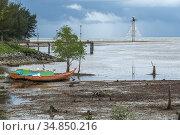 Small fishing boat berthed at Sematan beach, Sarawak, East Malaysia. Стоковое фото, фотограф Chua Wee Boo / age Fotostock / Фотобанк Лори
