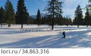 Hiker walking on a snowy landscape 4k. Стоковое видео, агентство Wavebreak Media / Фотобанк Лори