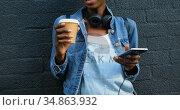 Woman having coffee while leaning against wall 4k. Стоковое видео, агентство Wavebreak Media / Фотобанк Лори