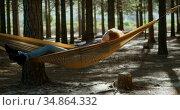 Woman sleeping on a hammock in the forest 4k. Стоковое видео, агентство Wavebreak Media / Фотобанк Лори