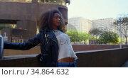 Woman posing for a photo shoot in the city 4k. Стоковое видео, агентство Wavebreak Media / Фотобанк Лори