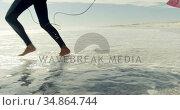 Couple running toward the sea 4k. Стоковое видео, агентство Wavebreak Media / Фотобанк Лори