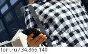 Young woman using mobile phone outdoors 4k. Стоковое видео, агентство Wavebreak Media / Фотобанк Лори
