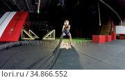 Athletic woman performing battle rope exercises 4k. Стоковое видео, агентство Wavebreak Media / Фотобанк Лори