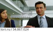Businessman and businesswoman talking in the office 4k. Стоковое видео, агентство Wavebreak Media / Фотобанк Лори