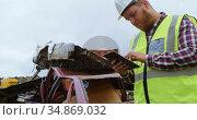 Male worker using digital tablet in the junkyard 4k. Стоковое видео, агентство Wavebreak Media / Фотобанк Лори