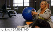 Senior woman drinking water in fitness studio 4k. Стоковое видео, агентство Wavebreak Media / Фотобанк Лори