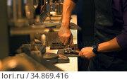 Barista pressing ground coffee into portafilter by tamper to making coffee 4k. Стоковое видео, агентство Wavebreak Media / Фотобанк Лори