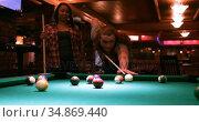 Couple playing snooker in night club 4k. Стоковое видео, агентство Wavebreak Media / Фотобанк Лори
