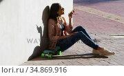 Woman talking on mobile phone during sunny day 4k. Стоковое видео, агентство Wavebreak Media / Фотобанк Лори